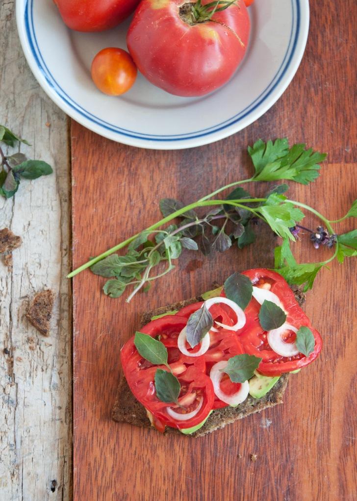 Домати, авокадо, суров хляб, лук и босилек