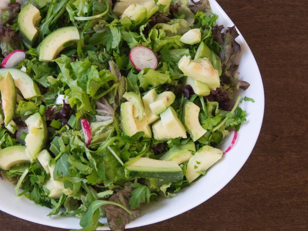 Зелена салата - освен зелениите съм добавила  авокадо, репички, краставица, зелен лук и магданоз