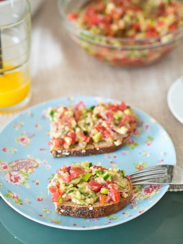 Веган сандвич - с авокадо, домат, лук, краставица, чушка и магданоз