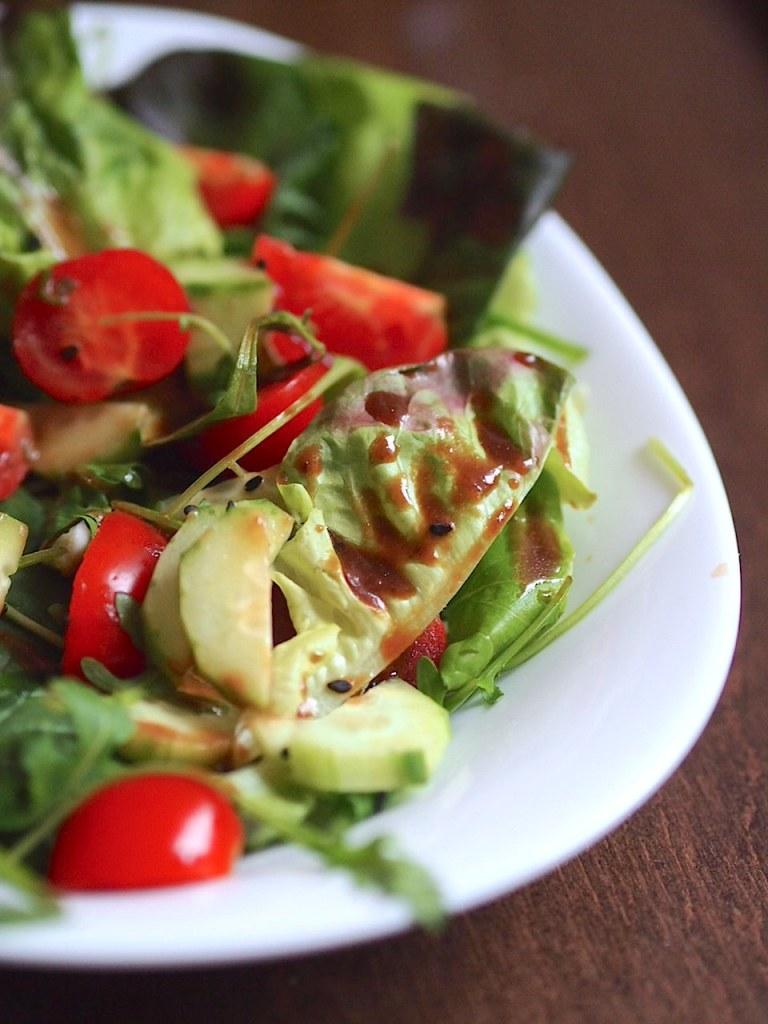 Зелена салата с чери домати, краставица и сладък мисо дресинг